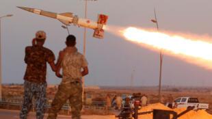 Les forces fidèles au gouvernement de Tripoli procèdent à un tir de roquette contre des positions du groupe EI à Syrte, le 4 août.