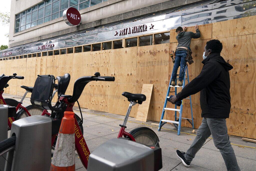Владельцы, магазинов, ресторанов и кафе заколачивают витрины фанерными щитами в преддверии возможных  беспорядков по итогам выборов.