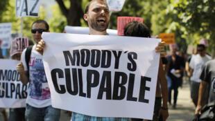 Un manifestante en Madrid acusa a una de las agencias de notación (Moody's) de los problemas económicos de España