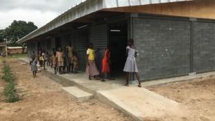 Voici l'entrée d'une salle de classe dans un bâtiment construite en briques de plastique.