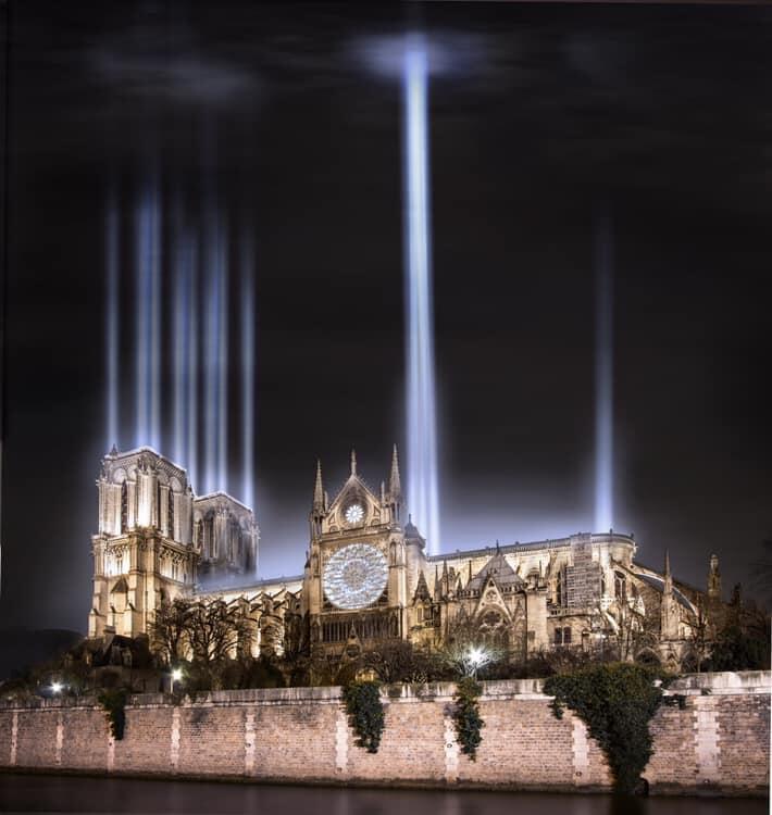 Agência parisiense Shortcut opta por substituir toda a estrutura por canhões de luz em direção ao céu.