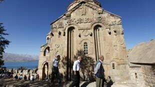 L'église arménienne Sainte-Croix, sur l'île d'Akdamar et le lac Van, le 19 septembre 2010.