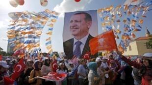 Centenas de milhares de pessoas se reuniram neste domingo, 16 de junho de 2013, em Istambul para demonstrar apoio ao governo, em uma manifestação organizada pelo partido do premiê Erdogan.