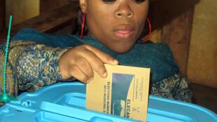 Une femme vote pour les élections législatives à Yaoundé, le 30 septembre 2013.