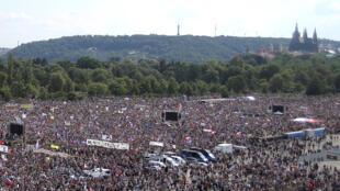 Multidão se reuniu no domingo (23) em Praga para pedir a renúncia do primeiro-ministro.