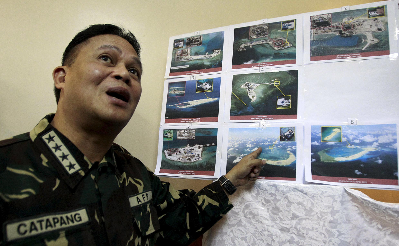 Hôm 20/4/2015, tướng Gregorio Pio Catapang Tư lệnh quân đội Philippine, giới thiệu các hình ảnh chụp vệ tinh cho thấy Trung Quốc đang tiến hành bồi đắp đảo tranh chấp trong Biển Đông