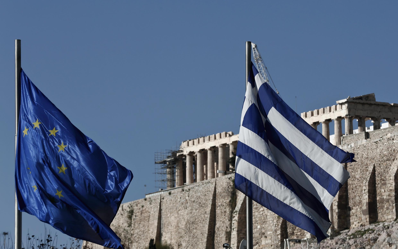 Un drapeau européen et un drapeau grec flottent devant le Parthénon à Athènes en Grèce.