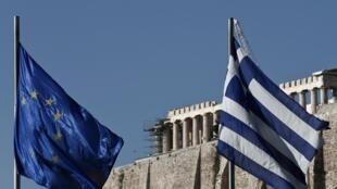 Un drapeau européen et un drapeau grec flottent devant le Parthénon, à Athènes en Grèce.
