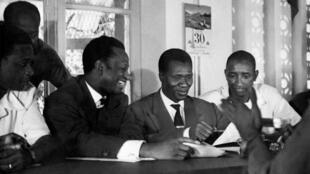 Ahmed Sekou Touré (centre), nouveau président de Guinée, et Keïta Fodéba (2ème gauche), en réunion, le 11 février 1959.