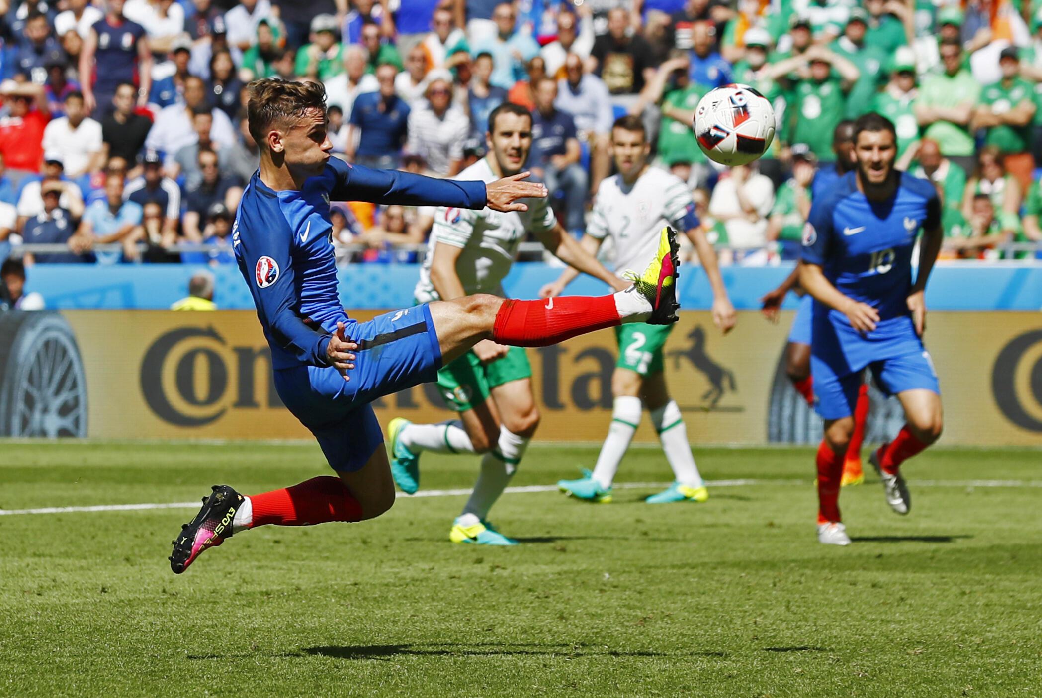 مهاجم تیم فرانسه، آنتوان گرییزمن، که با فرستادن ۲ گُل به دروازۀ ایرلند، راه را برای دست یافتن فرانسه به یک چهارم نهائی گشود