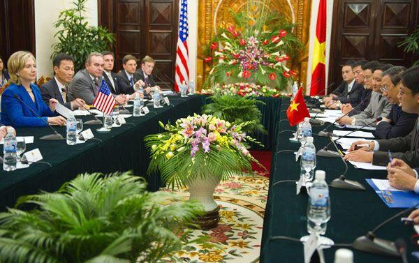 Ngoại trưởng Hoa Kỳ Hillary và phái đoàn Mỹ tại Hà Nội hôm 22/07/2010.
