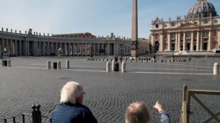 La basilique et la place Saint-Pierre à Rome seront fermées aux touristes jusqu'au 3 avril, a annoncé le Vatican le 10 mars 2020.