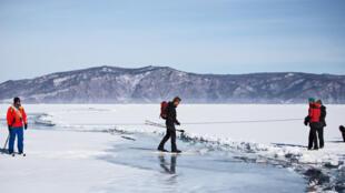 Le lac Baïkal mesure 640 km de long pour 80 km de large avec une profondeur maximum de 1640 m. C'est la plus grosse quantité d'eau douce liquide au monde.