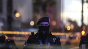 Un officier de la police turque sur le site de l'explosion, devant le tribunal d'Izmir, le 5 janvier 2017.