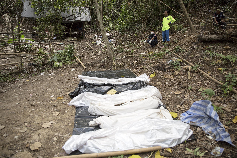 Les cadavres s'alignent dans la jungle thaïlandaise ce 2 mai.