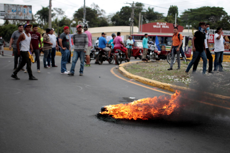 Des manifestants  bloquent une rue pendant le mouvement de colère contre la président nicaraguayen Daniel Ortega, à Managua, le 11 mai 2018.