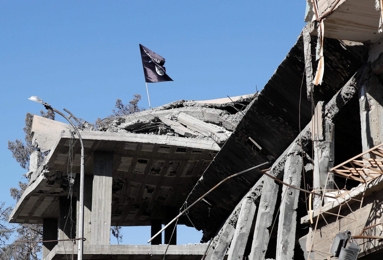 Drapeau de l'EI à Raqqa, en Syrie, le 18 octobre 2017 (Photo d'illustration).