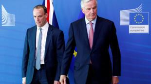 O ministro britânico do Brexit Dominic Raab (esquerda) e Michel Barnier, negociador para a União Europeia, em Bruxelas, 19 de julho de 2018