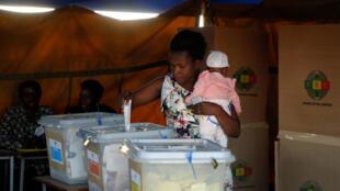 Dans un bureau de vote à Chegutu, au Zimbabwe, le 30 juillet 2018.