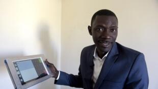 Le cofondateur d'une start-up sénégalaise qui s'est tourné vers les nouvelles technologies : il  a ainsi permis à ses clients de simplifier leur comptabilité en remplaçant le support papier par la tablette ou le smartphone.