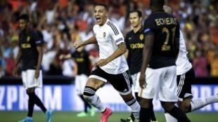 O avançado espanhol Rodrigo (centro) apontou um dos três golos na vitória do Valencia por 3-1 frente ao Mónaco na primeira mão do play-off de acesso à fase de grupos.