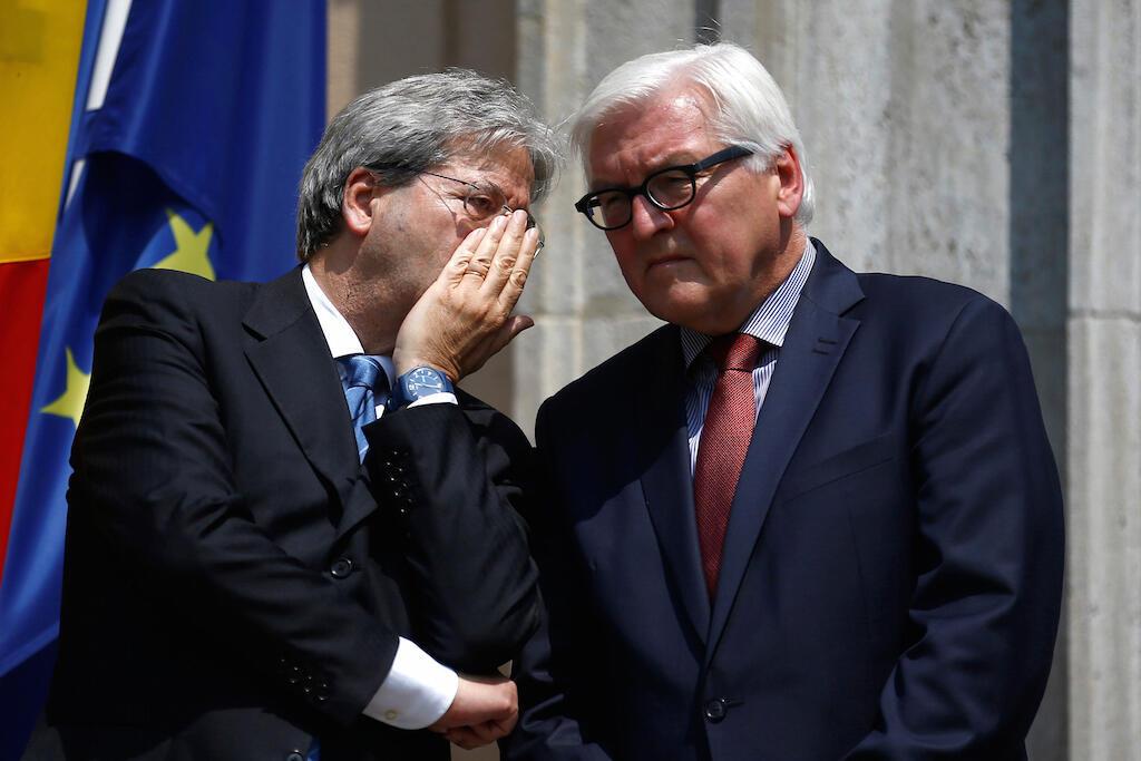 Waziri wa mambo ya nje wa Italia, Paolo Gentilon na waziri wa mambo ya nje wa Ujerumani, Frank Walter Steinmeier, wakiteta kando na mkutano wao wa hapo jana mjini Berlin.