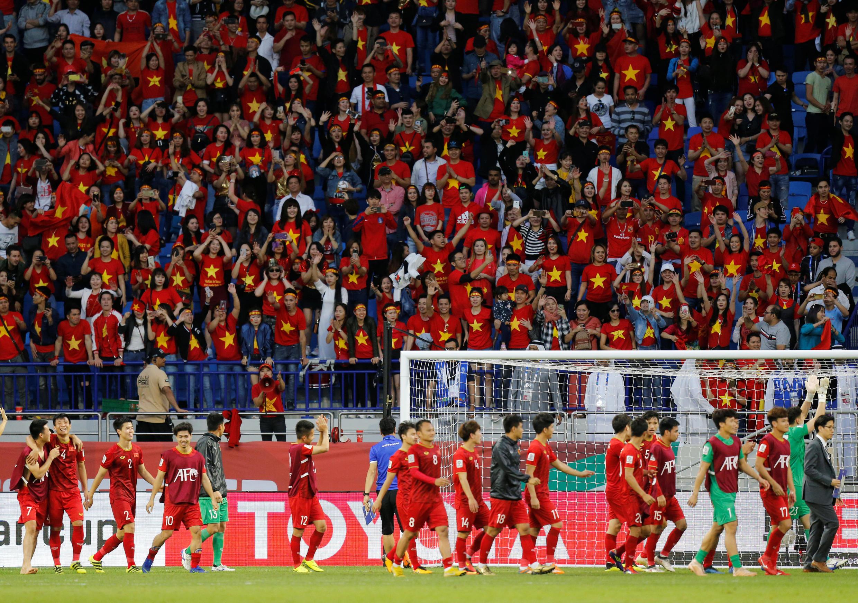 Đội tuyển bóng đá Việt Nam mừng chiến thắng trước Jordan cùng với các cổ động viên trên khán đài tại sân vận động Al-Maktoum, Dubai (UAE) ngày 20/01/2019.