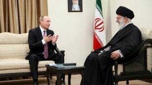 普京23日在德黑蘭與伊朗最高精神領袖哈梅內伊會談