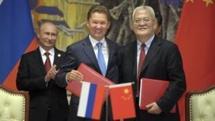 Tổng Giám đốc tập đoàn Gazprom Alexei Miller (ở giữa), Chủ tịch Tổng công ty dầu khí Trung Quốc Zhou Jiping  (phải) và et Tổng thống Nga Vladimir Poutine (trái) tại một buổi lễ ký kết hợp đồng dầu khí, tại Thượng Hải, ngày 21/05/2014.