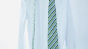 La Cravate solidaire aide des hommes et des femmes, à s'insérer ou se réinsérer dans le monde du travail. Chaque semaine, des ateliers de relooking ont lieux dans les locaux de l'association dans le XIXe arrondissement de Paris.