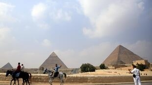 Um policial (direita) patrulha próximo as Pirâmides de Gizé, Cairo, Egito, 8 de novembro de 2015.