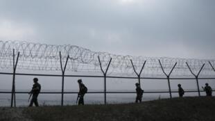 Militares sul-coreanos patrulham na ilha que marca a fronteira marítima entre Coreia do Sul e Coreia do Norte.