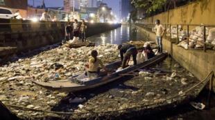 Le canal de Boeung Trabek est un canal aux eaux noires, opaques et couvertes d'ordures.