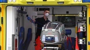 Le personnel d'urgence de l'armée allemande charge dans son ambulance la civière qui a été utilisée pour transporter la figure de l'opposition russe Alexei Navalny le 22 août 2020 à l'hôpital de la Charité de Berlin.