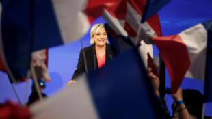 Марин Ле Пен перед своими сторонниками в штабе Нацфронта после второго тура выборов 7 мая 2017