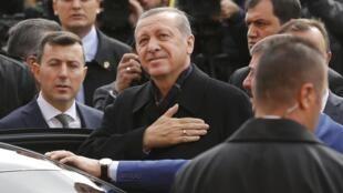 Imagem do presidente turco Erdogan, agradecendo o povo pela sua reeleição de 1 de novembro de 2015