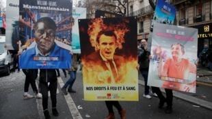 Плакаты с парижской манифестации протеста против пенсионной реформы 09/01/2020.