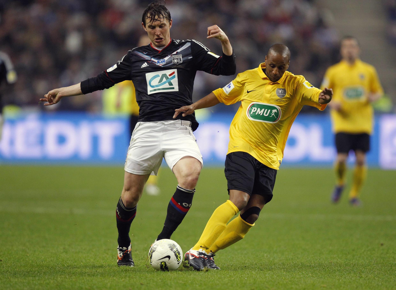 Kim Kallstrom (esquerda), do Lyon, desafia adversário Abdel Majide Ouahbi, do Quevilly.