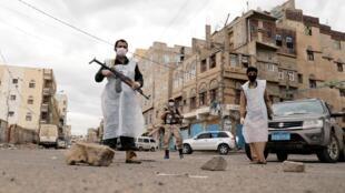 Moradores do Iêmen se protegem contra a pandemia de Covid-19, mas também contra o conflito armado, que persiste apesar das tentativas frustradas de trégua.
