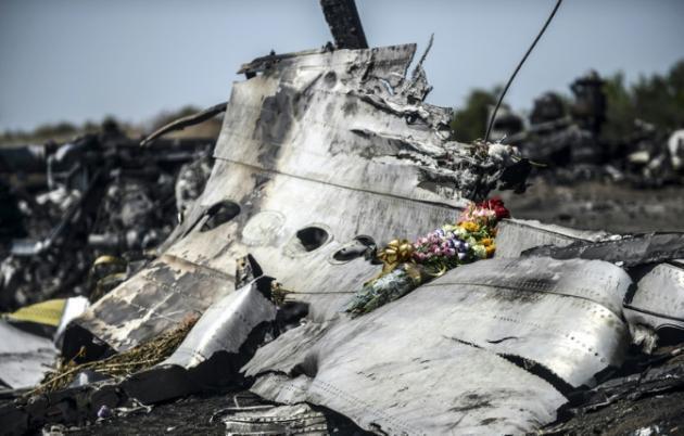 Shada za maua zikiwekwa kwenye mabaki ya MH17, ndege ya Malaysia Airlines, Julai 26, 2014, Grabove katika jimbo la Donetsk, Ukraine.