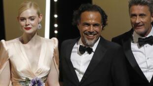 Alejandro González Iñárritu rodeado de la actriz Elle Fanning y el director polaco Pawel Pawlikowski.