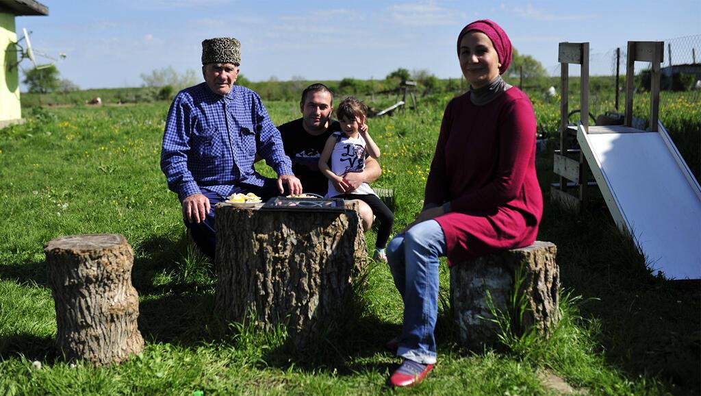 La famille Abeda – ici, le patriarche Mazhar et deux de ses enfants Muhammad-Yalbay et Barina – a quitté la Syrie pour s' installer à Panakhes, petit village de la République d'Adyguée.