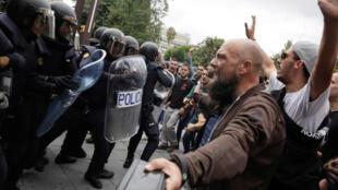 Manifestants catalans et forces de l'ordre espagnoles s'opposent.