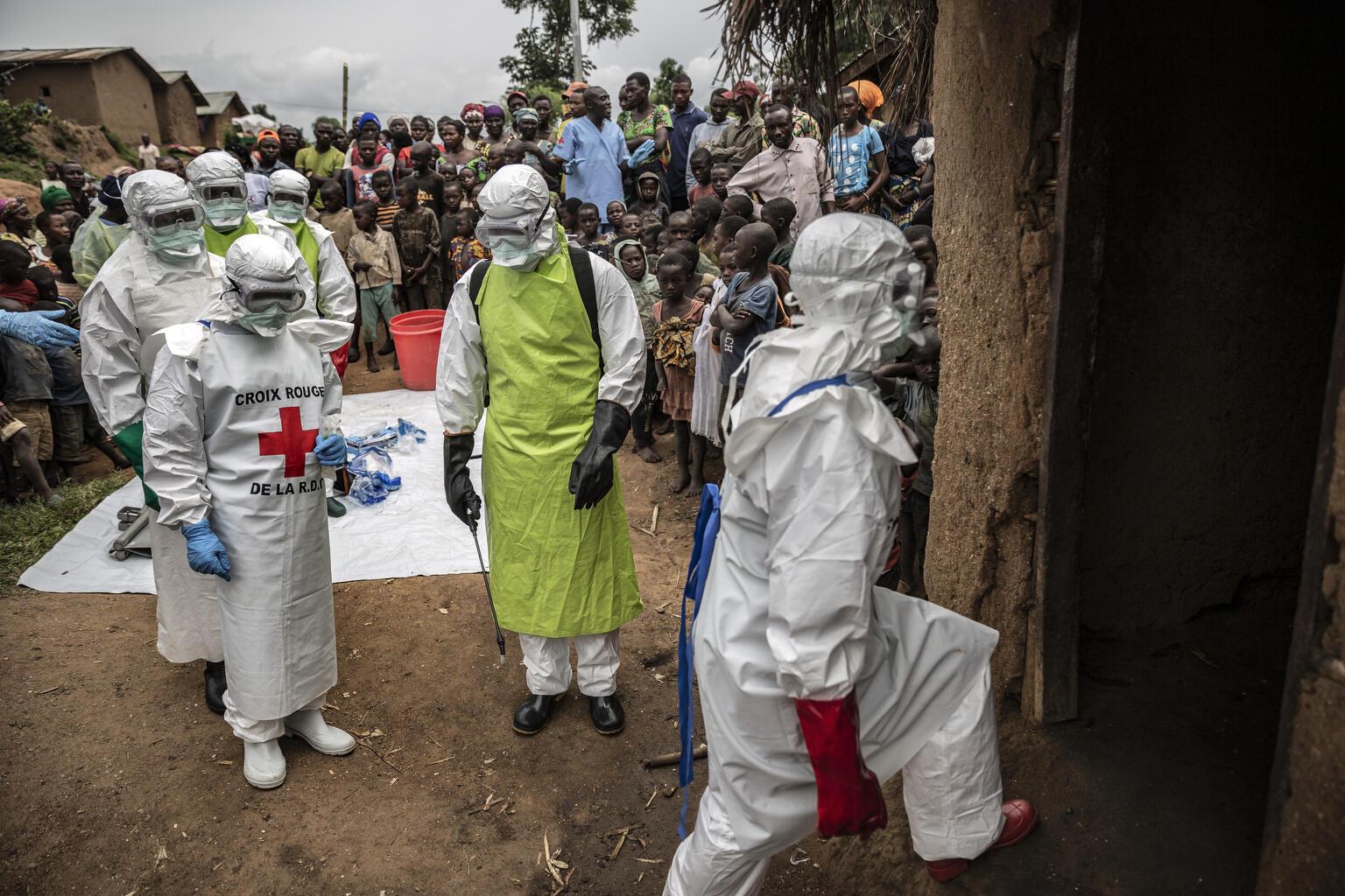 «Congo in Conversation» de Finbarr O'Reilly. Des voisins et employés de la Croix-Rouge se préparent à enterrer une fillette de 11 mois décédée lors de l'épidémie d'Ebola au Nord-Kivu, février 2020.