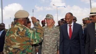索马里总理海尔陪同来访的土耳其总参谋长阿卡尔检阅军队
