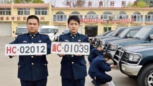 Hai loại biển số mới (T) và cũ của quân đội Trung Quốc. Ảnh chụp tại Hà Bắc ngày 28/04/2013.