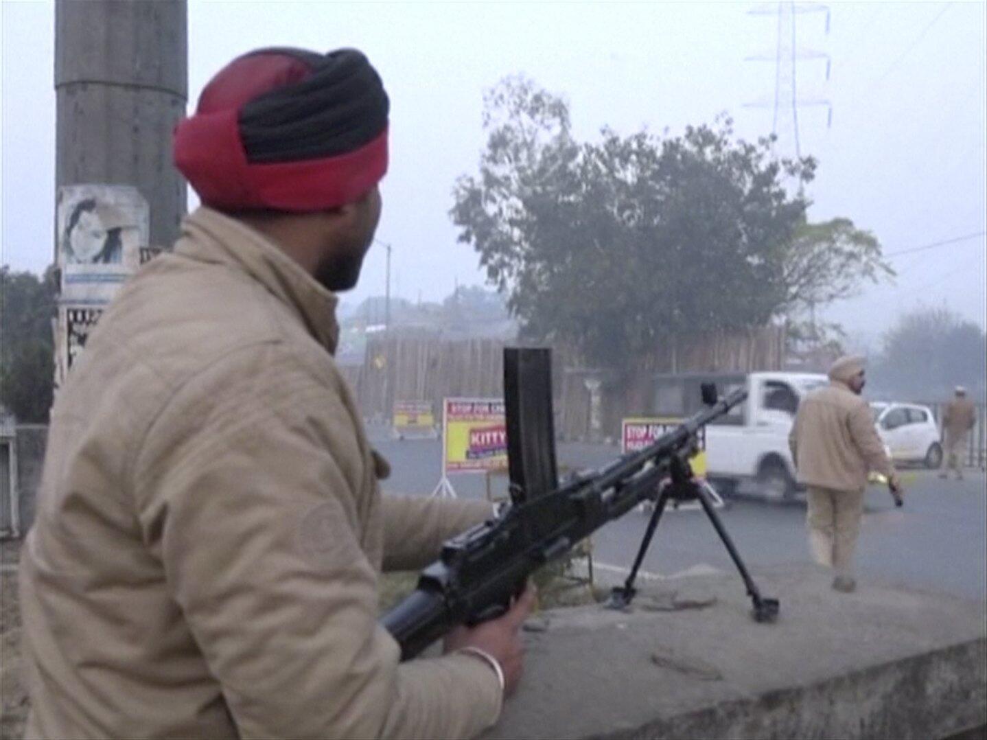 Policial indiano que participou da operação contra os agressores da base aérea no estado de Punjab.