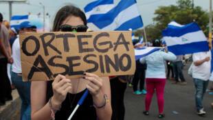 Manifestante protesta contra o governo Ortega no dia 9 de maio de 2018.