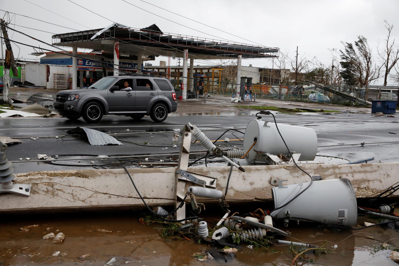 Postes de eletricidade caídos após passagem do furacão Maria em Guayama, Porto Rico.