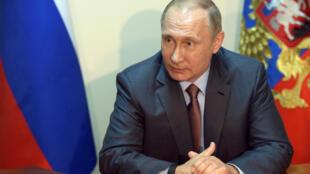 Vladimir Putin em reunião na Crimeia nesta sexta-feira.